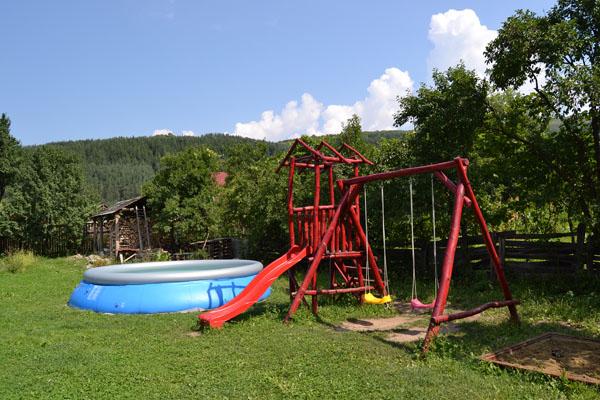 curte-copii-piscina-pensiune
